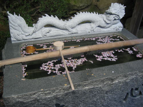 Dragon hand wash in front of Shosenji temple, Osaka,  April 20 2005