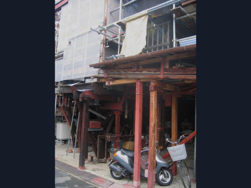 Illegal ugly construction in front of house Apr 3, 2005