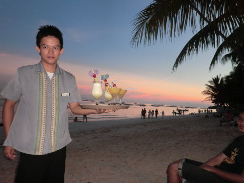 Our waiter is bringing delicious coctails on Alona Beach, Bohol