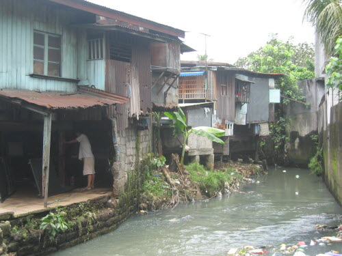 Poor housing in Manila, 2005